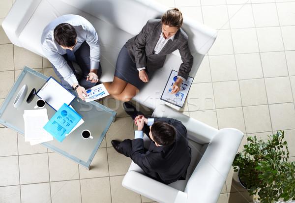 Megbeszélés fölött szög három üzleti partnerek megbeszél Stock fotó © pressmaster