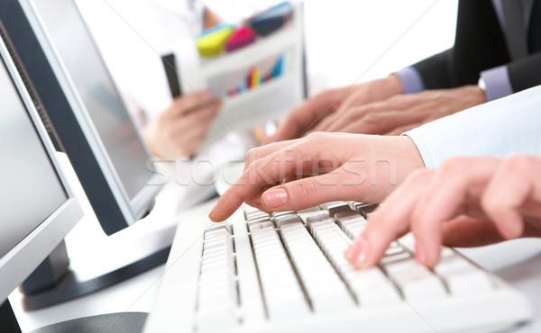 Empujando claves foto femenino manos teclado Foto stock © pressmaster