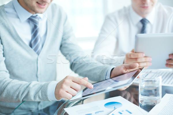 Pracy biznesmenów biuro papieru ręce Zdjęcia stock © pressmaster