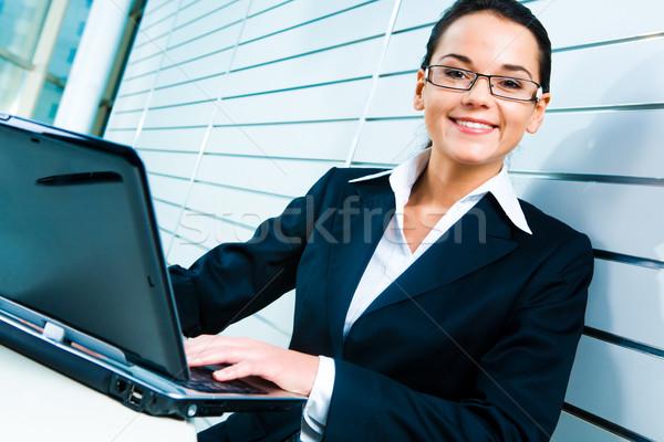Mooie secretaris gezicht bril naar camera Stockfoto © pressmaster