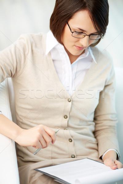 Leitura documento vertical imagem profissional conselheiro Foto stock © pressmaster