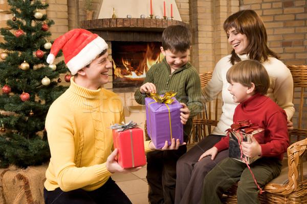 Christmas radości Fotografia śmiechem rodziny prezenty Zdjęcia stock © pressmaster