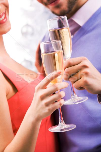 Flautas manos primer plano Pareja champán Foto stock © pressmaster