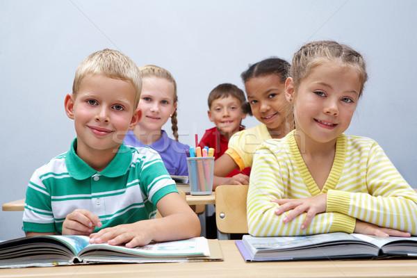 Pracowity uczniowie portret patrząc strona czytania Zdjęcia stock © pressmaster