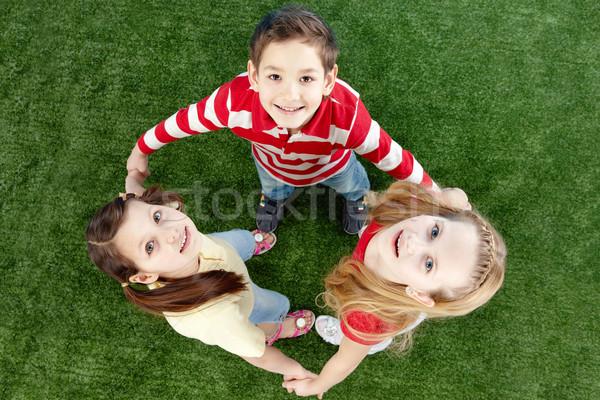 Сток-фото: счастливым · друзей · изображение · трава · глядя · камеры
