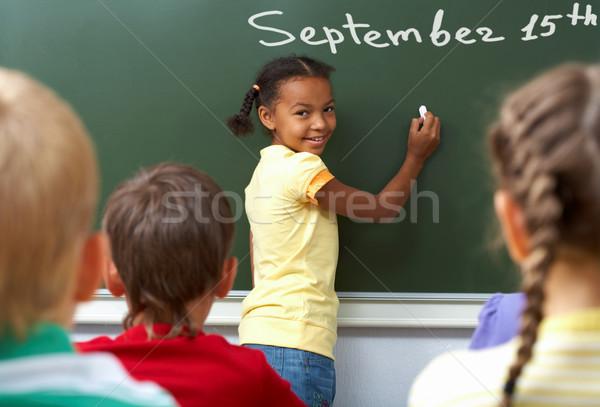 Stock fotó: Iskolás · lány · kép · iskolatábla · néz · kamera · osztálytársak