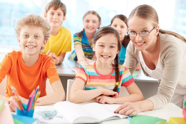 Iskolás tanár portré szorgalmas iskolás gyerekek néz Stock fotó © pressmaster