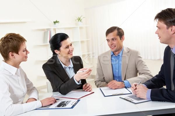 Tárgyalás portré üzletasszony magyaráz munka kollégák Stock fotó © pressmaster