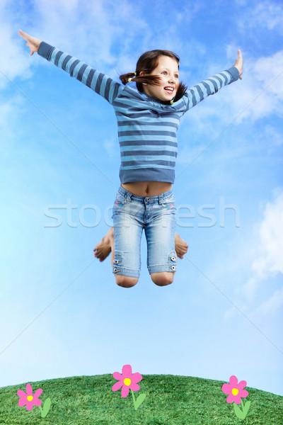 Hoogspringen afbeelding gelukkig meisje springen gras hemel Stockfoto © pressmaster