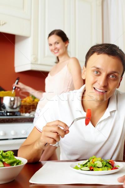 Gezonde ontbijt portret jonge man eten salade Stockfoto © pressmaster