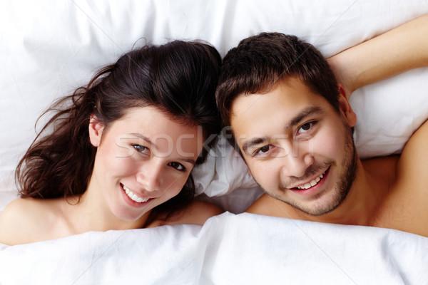 Férj feleség boldog fiatal pér ágy néz Stock fotó © pressmaster