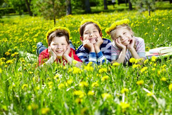 Crianças clareira três dandelion grama grupo Foto stock © pressmaster