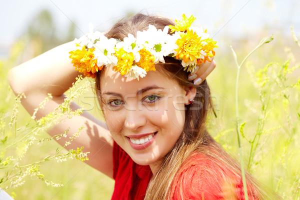 Lata obraz szczęśliwy kobiet dziki kwiat wieniec Zdjęcia stock © pressmaster