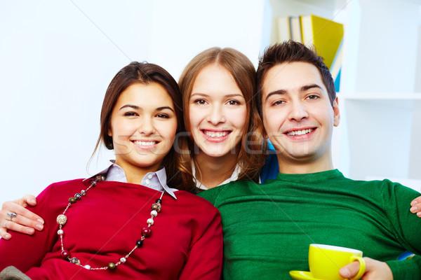 Gelukkig bedrijf portret aantrekkelijk vrienden naar Stockfoto © pressmaster
