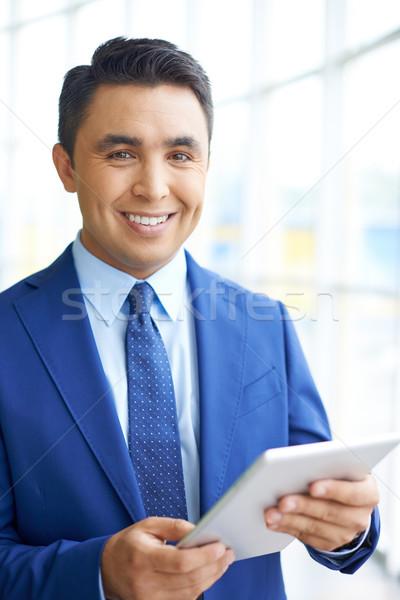 Biznesmen touchpad obraz młodych patrząc kamery Zdjęcia stock © pressmaster