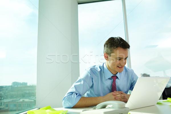 Trabalhar retrato homem trabalhando laptop escritório Foto stock © pressmaster