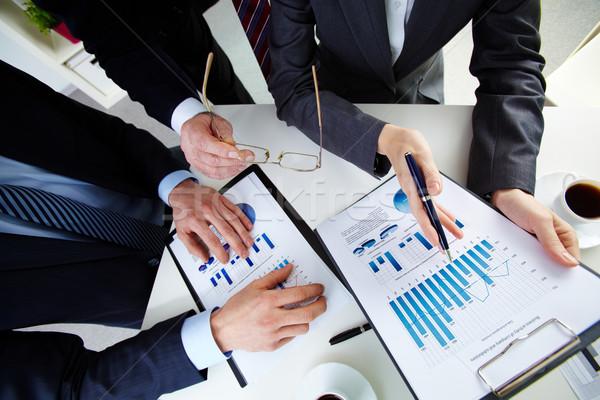 Foto stock: Debate · documentos · manos · gente · de · negocios · de · trabajo · documentos