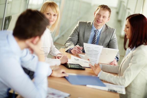 Affaires leader encourageant collègues vers l'avant Photo stock © pressmaster
