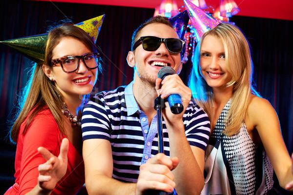 Karaoke strony portret szczęśliwy znajomych śpiewu Zdjęcia stock © pressmaster