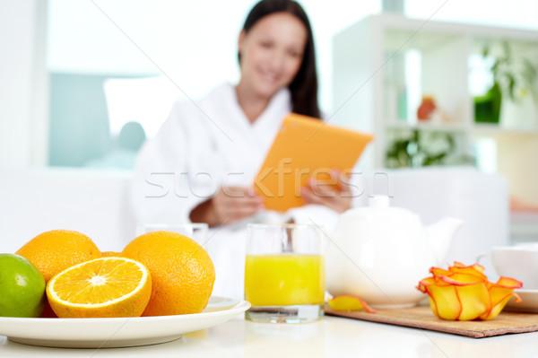 Fürdő vendégszeretet kép gyümölcsök dzsúz asztal Stock fotó © pressmaster