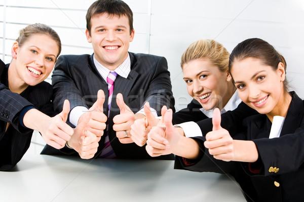Сток-фото: дружественный · команда · четыре · улыбаясь · деловые · люди · сидят