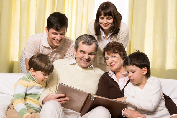 Mirando familia álbum retrato altos jóvenes Foto stock © pressmaster