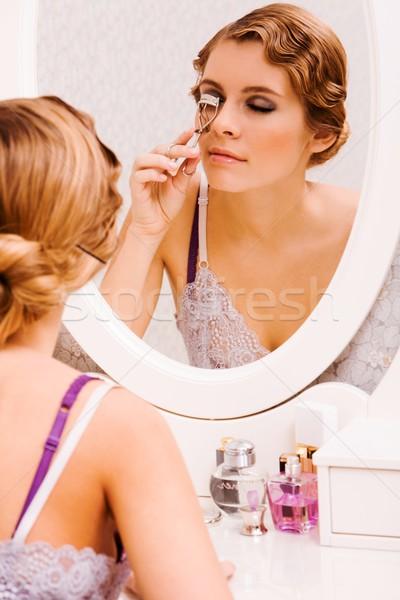 Imagen bastante femenino mirando espejo Foto stock © pressmaster