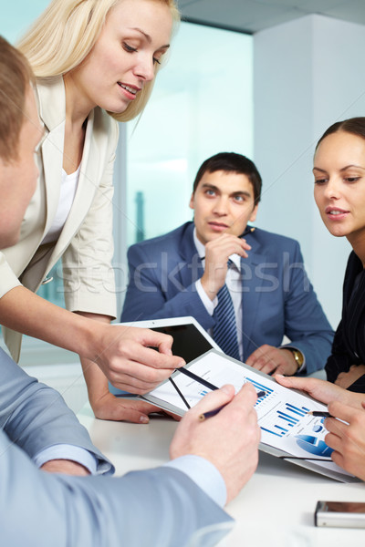 Briefing zakenvrouw tonen charts business papier Stockfoto © pressmaster
