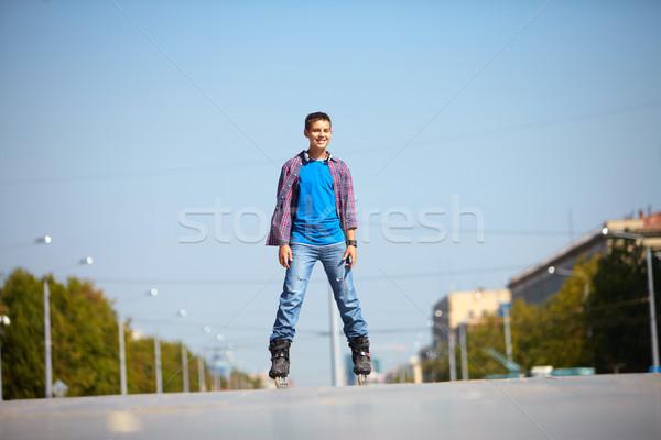 Városi jóképű fiatalember korcsolyázás város fiú Stock fotó © pressmaster