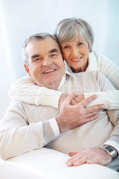 Kötődés portré boldog idős pár átkarol néz Stock fotó © pressmaster