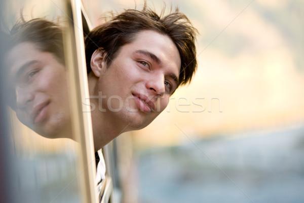 Viaggio foto felice ragazzo guardando fuori Foto d'archivio © pressmaster