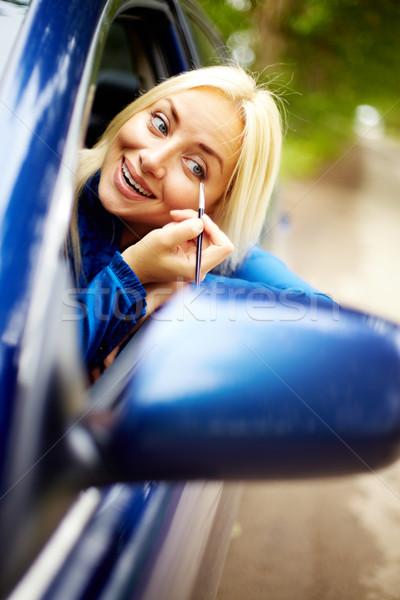 Compongono spostare foto felice donna guardando Foto d'archivio © pressmaster