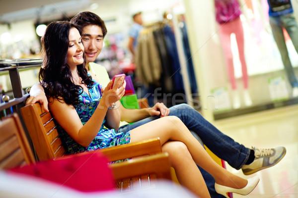 Modern tech pláza fiatalok okostelefon vásárlás Stock fotó © pressmaster