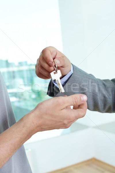 Háztulajdonos ingatlanügynök kulcs ház elégedett férfi Stock fotó © pressmaster