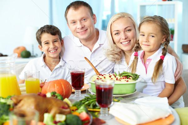 Festività ritratto famiglia felice seduta tavola Foto d'archivio © pressmaster