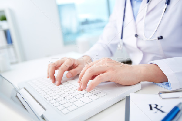 Moderne medische persoon diagnose online gegevens Stockfoto © pressmaster