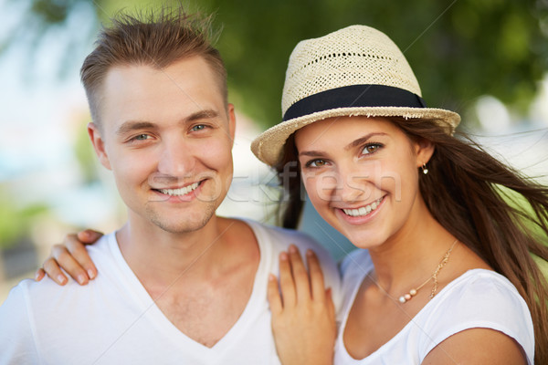 Casal menina feliz namorado olhando câmera mulher Foto stock © pressmaster