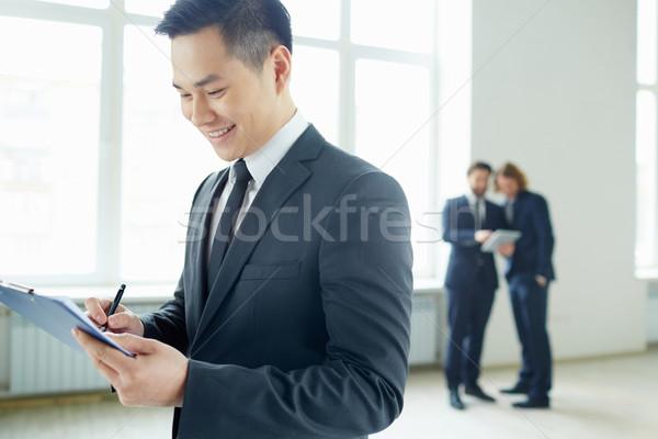 Foto stock: Empresário · escrita · plano · jovem · clipboard · trabalhando