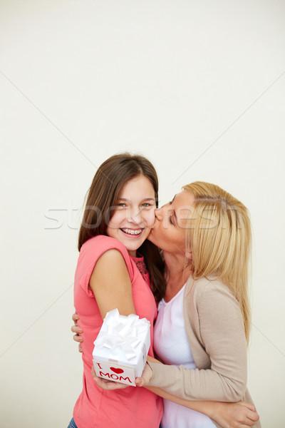 Obrigado grato mulher pequeno apresentar beijando Foto stock © pressmaster