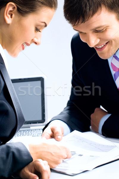 Foto stock: Dois · pessoas · de · negócios · olhando · discutir · negócio · mão