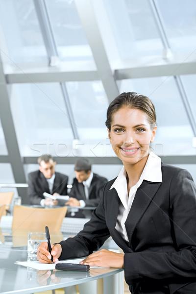 Belle professionnels portrait accueillant belle femme séance Photo stock © pressmaster