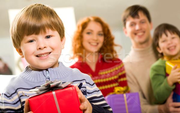 Chico presente retrato nino mirando Foto stock © pressmaster