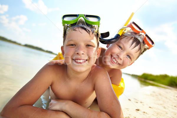 Testvérek tengerpart fotó boldog homok nyári vakáció Stock fotó © pressmaster