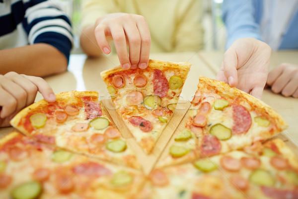 Pizzería ninos toma piezas pizza alimentos Foto stock © pressmaster