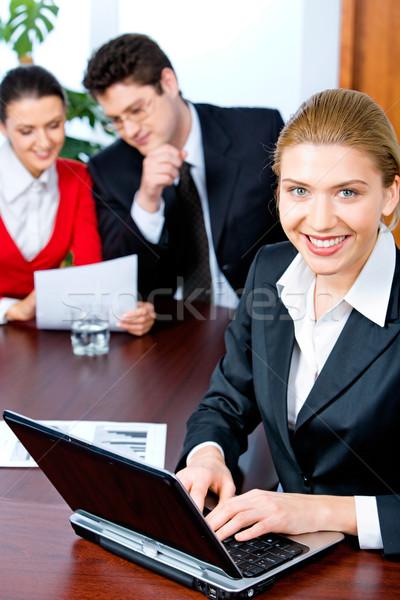 Empregado retrato sessão tabela datilografia documento Foto stock © pressmaster