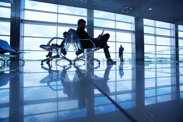 Attesa aereo due business partner lettura aeroporto Foto d'archivio © pressmaster