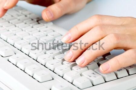 Escribiendo primer plano femenino mano tocar botones Foto stock © pressmaster