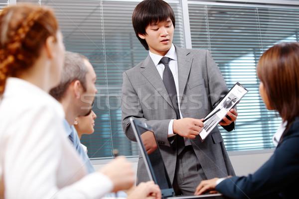 Dolgozik pillanat fotó vezető mutat papír Stock fotó © pressmaster