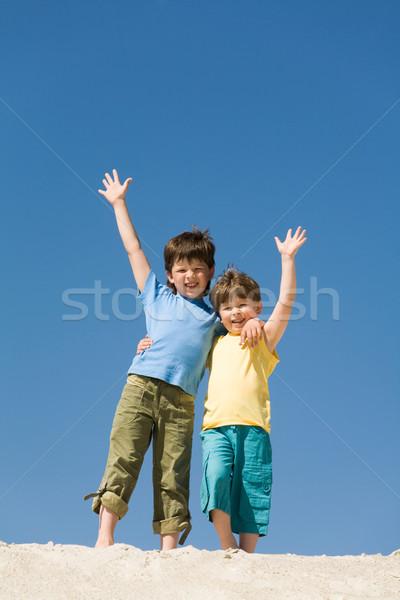 Chłopców Fotografia szczęśliwy plaża piaszczysta patrząc Zdjęcia stock © pressmaster