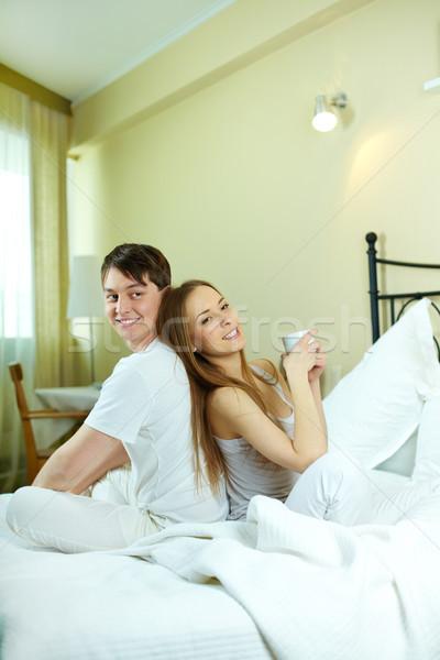 Сток-фото: утра · счастливым · сидят · кровать · женщину